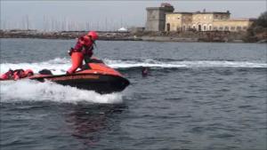 foto soccorso in mare alla foce del Marangone.