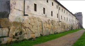 Foto muro poligonale.
