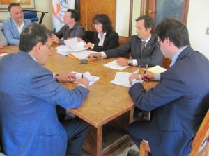 La storica firma dell'accordo.