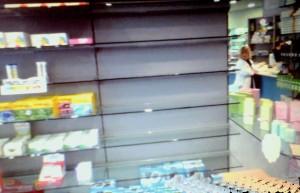 Gli scaffali vuoti della farmacia comunale di Santa Marinella