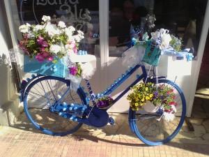 """Una delle """"bicilette in fiore"""" che in questi giorni stanno colorando le vie di Santa Marinella"""