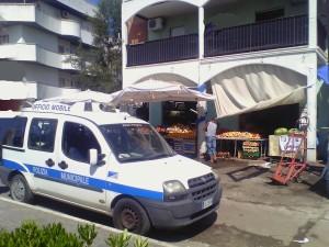 La volante della Polizia Locale al negozio di frutta e verdura