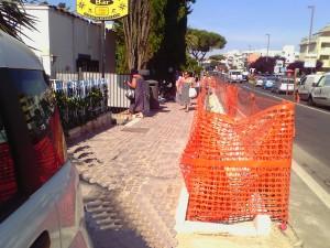 Il cantiere per il rinnovo dei marciapiedi lungo la via Aurelia