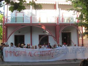 La manifestazione contro l'alloggiamento dei migranti nell'Hotel Miramare