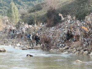 La discarica lungo Rio Fiume