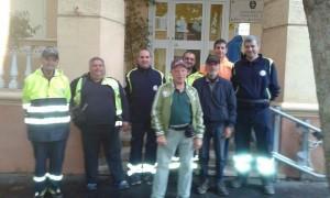I volontari davanti alla caserma dei Carabinieri di Santa Marinella dopo il ritrovamento del cittadino rumeno scomparso.