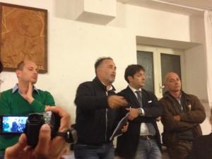 L'Assessore Bronzolino interviene alla riunione. Alla sua sinistra l'Assessore Minghella; alla sua destra il consigliere del PD Bianchi.