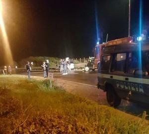 Le due auto a bordo strada coinvolte nello spaventoso incidente