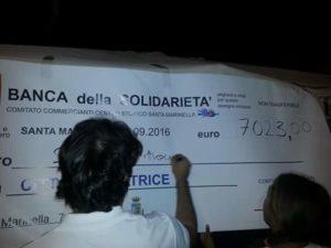 Roberto Bacheca firma simbolicamente il grande assegno in piazza