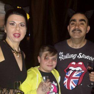 Leo nel backstage della Famiglia Addams  con Elio e Geppi Cucciari