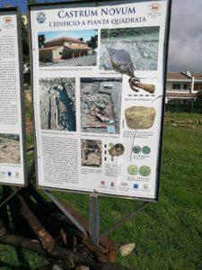 I pannelli del parco archeologico danneggiati.