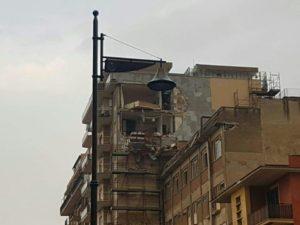 Un palazzo di Ladispoli colpito dalla tromba d'aria.