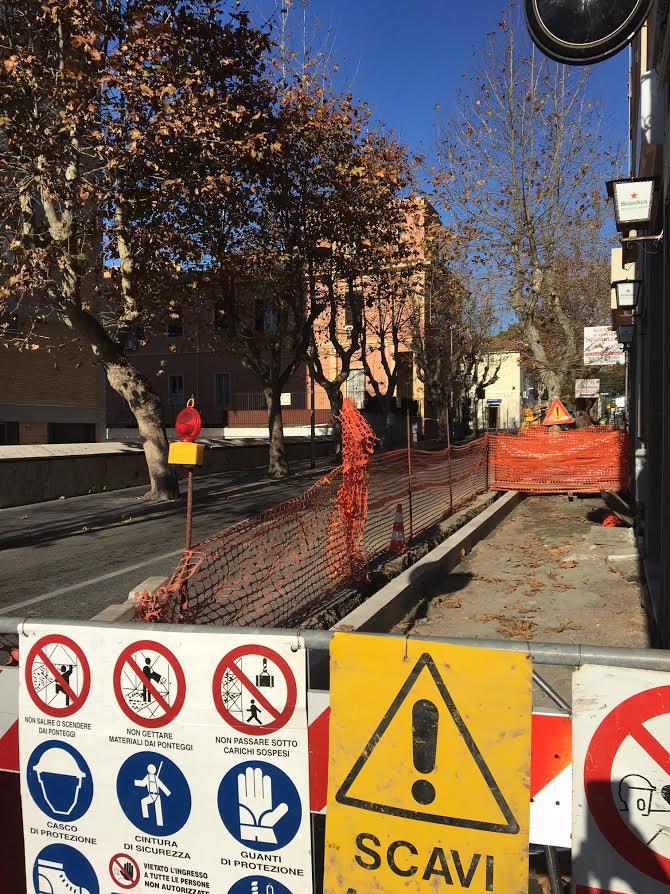 La ditta si ritira: fermi i lavori di ristrutturazione dei marciapiedi