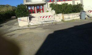 L'ingresso della palestra della scuola media chiuso dalle transenne