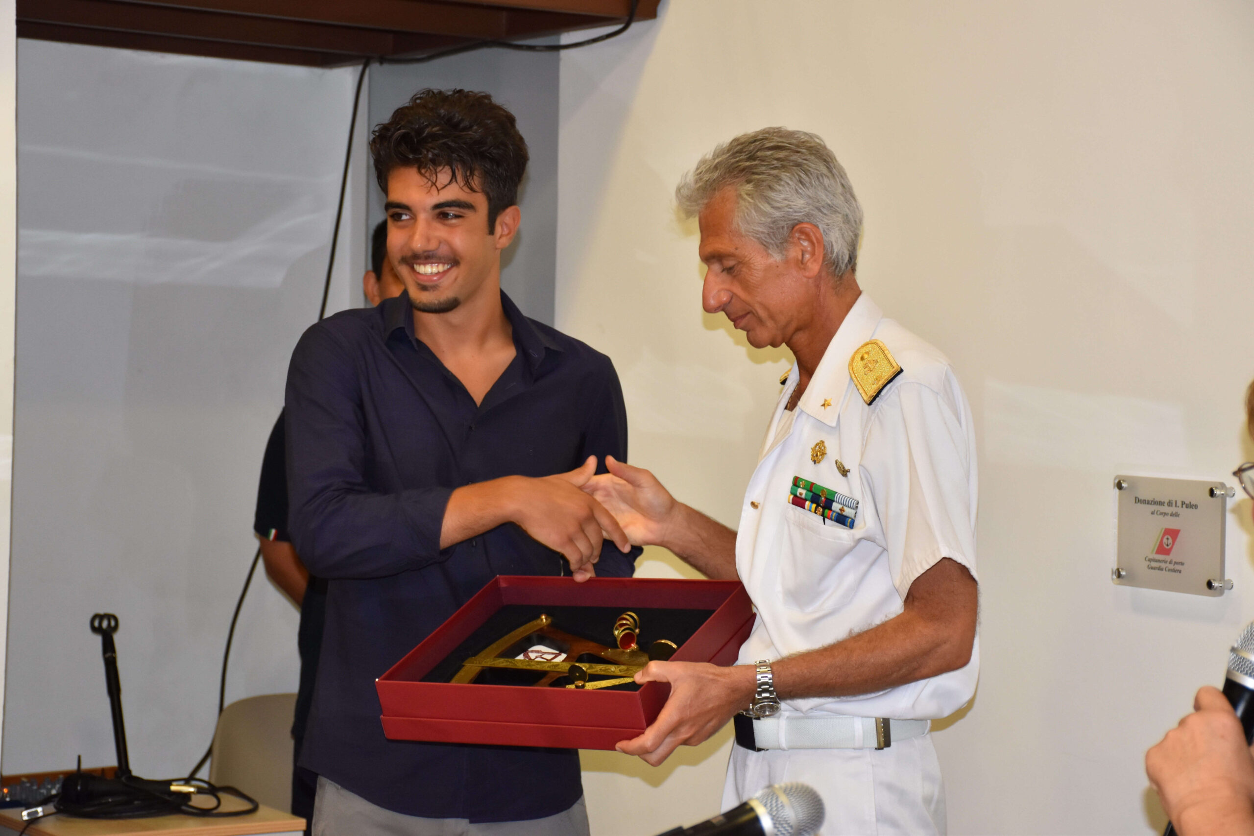 Civitavecchia: il contrammiraglio Tarzia premia  uno studente dell'Istituto Nautico