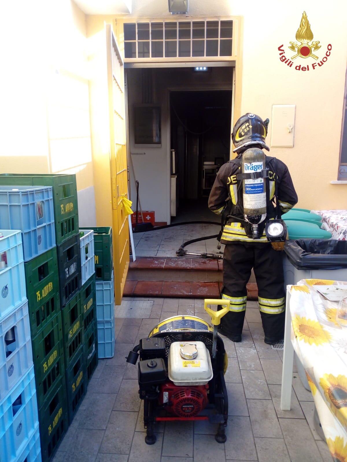 Incendio a Piazza Civitavecchia: distrutta la cucina di un ristorante