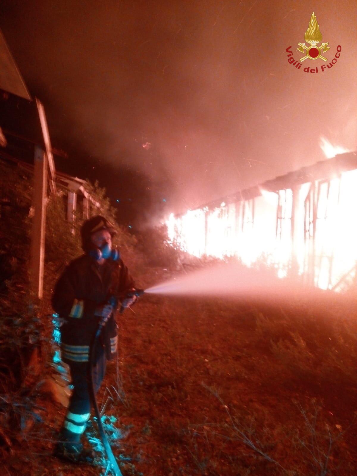 Un incendio devasta la Quartaccia nella notte: in fiamme le serre vicine al cimitero